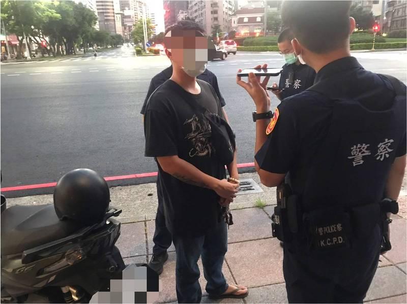 林姓男子(左)向友人借機車使用後就未再聯絡,遭友人提出侵佔告訴,警方巡邏時查出林男騎乘失竊機車依法送辦。(警方提供)