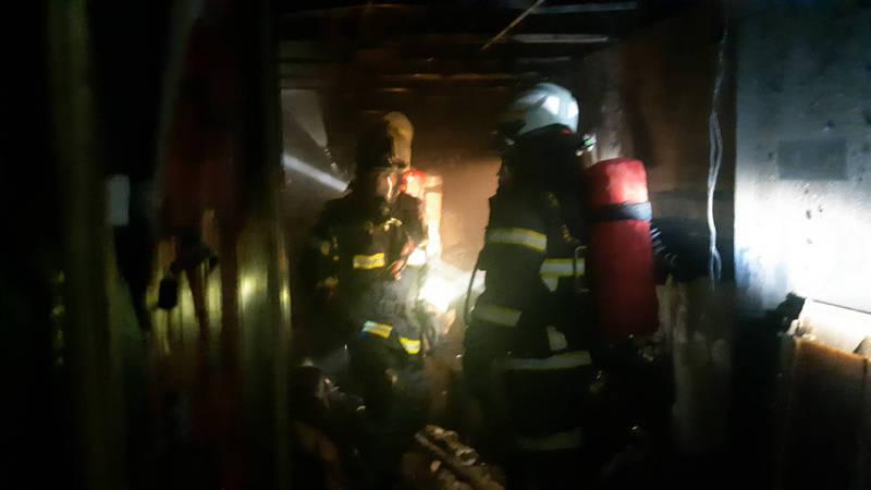 消防隊員進入發生火災的套房灌救。(南投縣消防局提供)