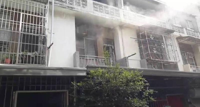 台南市南區失火民宅冒出濃煙。(圖:民眾提供)