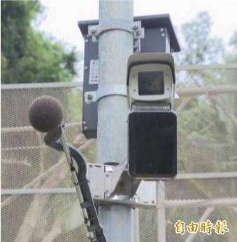 台東縣環保局在馬路設置聲音照相科技執法設備,8月起取締噪音改裝車。(記者黃明堂攝)