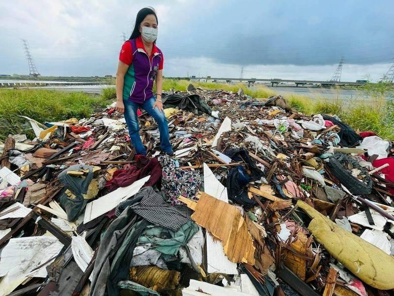彰濱工業區線西區出現垃圾山,縣議員賴清美痛罵趁著疫情來偷倒垃圾。(賴清美提供)
