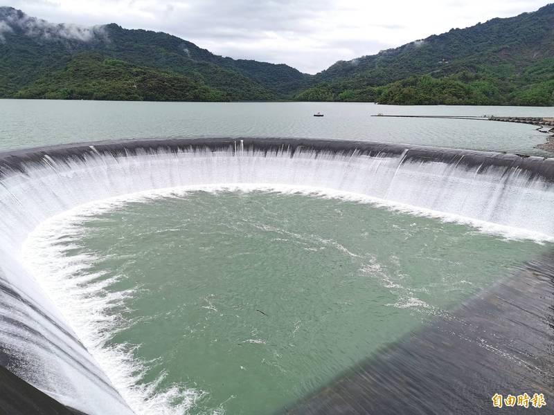 上游又有明顯降雨,南化水庫今年第3度自然溢洪。(記者吳俊鋒攝)
