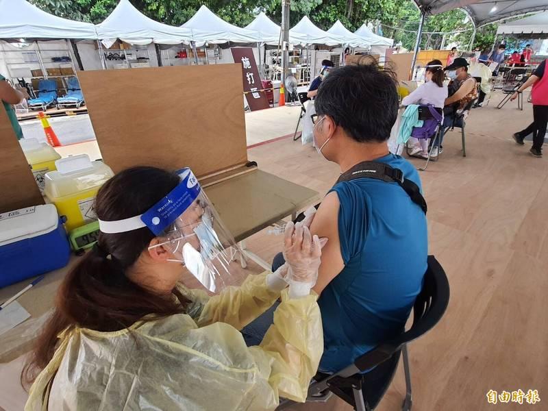 新竹市府預計本週三(28日)為1690名補習班教職員施打疫苗、會在1天完成,希望提供完善復課前防疫網。(記者洪美秀攝)