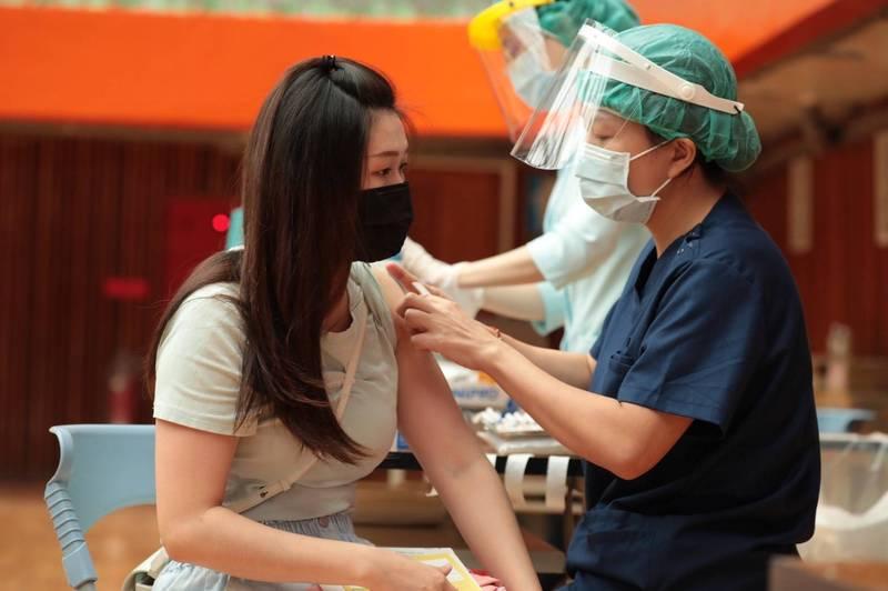 基隆市今天安排幫國高中老師、補習班、安親班教職員施打疫苗。(圖為基隆市政府提供)