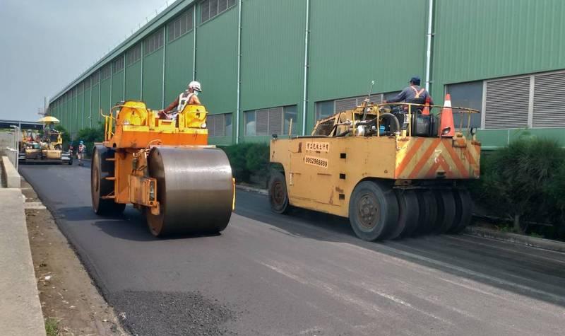 南市環保局在城西底渣處理廠,舖設一條再生粒料示範道路。(南市環保局提供)