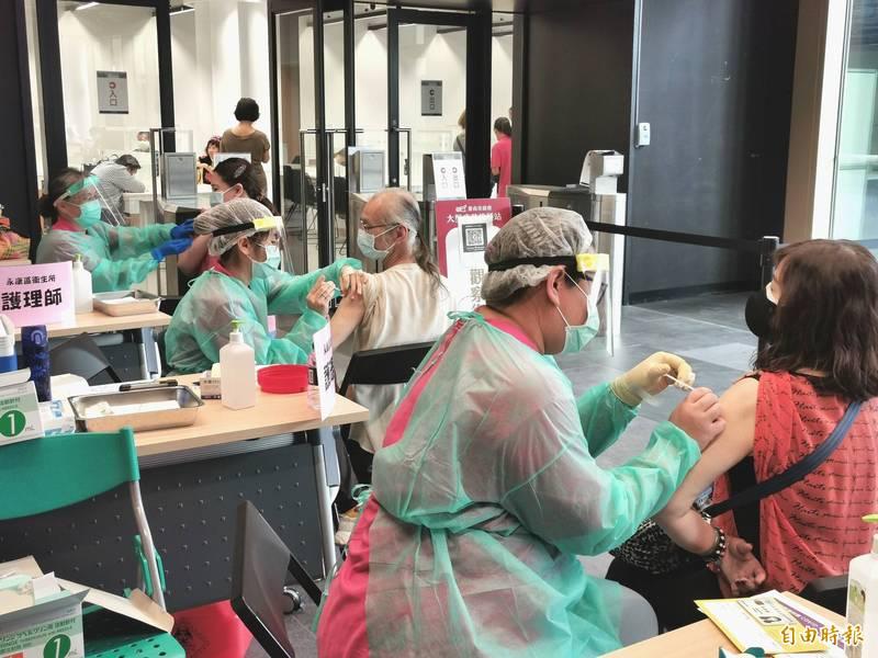 市圖新總館的特色接種站壓軸登場。(記者吳俊鋒攝)