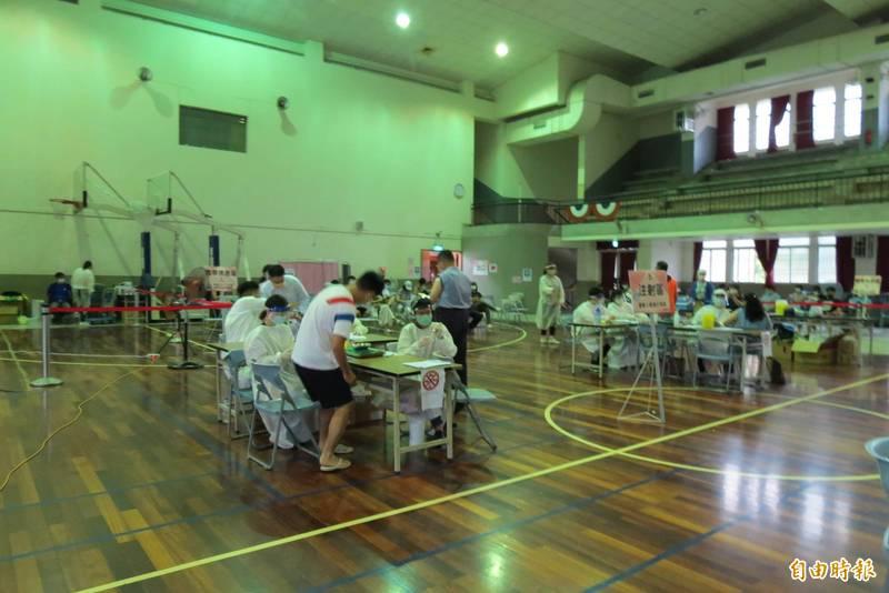 中市今天開放國高中教師施打疫苗,有教師被安排到30公里遠施打,美意打折。(記者蘇金鳳攝)