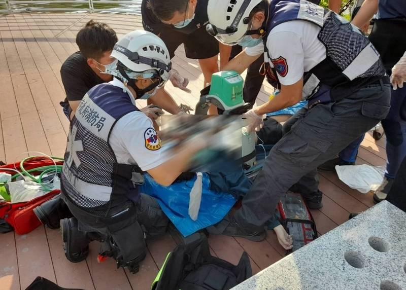 警消將落水少女搶救上岸,但她已失去呼吸心跳,目前送醫搶救中。(讀者提供)