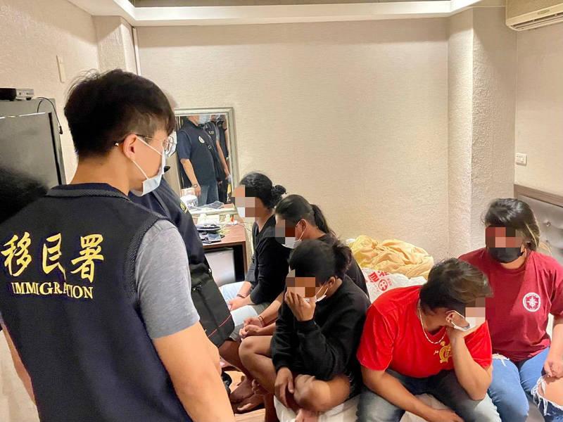防疫尚未降至二級5名外籍移工自己降級,群聚旅館同房大啖飲酒面對30萬元重罰。(移民署提供)
