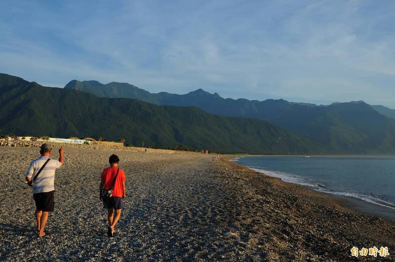 明天開始降為2級,花蓮美麗的七星潭海灘終於開放民眾踏浪,沙灘車、衝浪、水肺潛水等水上活動也都開放,只有獨木舟不開放。(資料照)