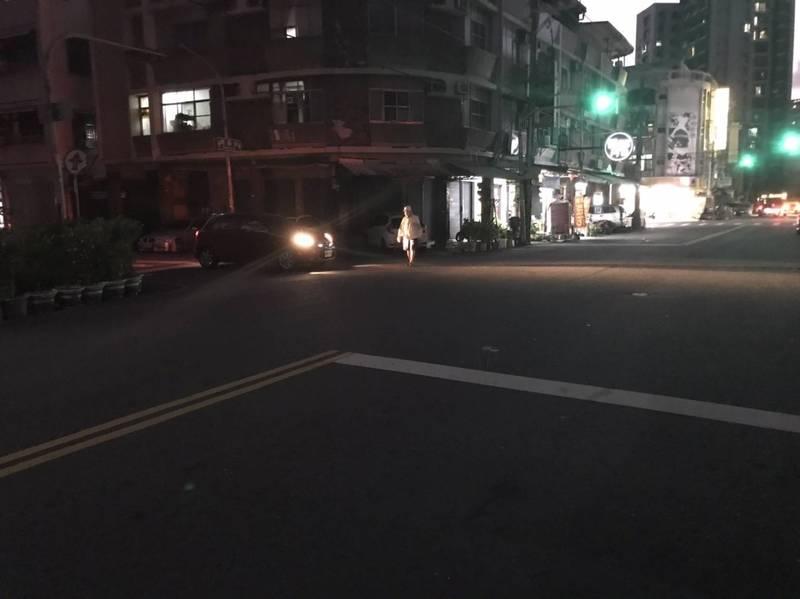 高雄鳳山今晚再發生路燈大規模不亮,市府養工處通報台電搶修中。(民眾提供)