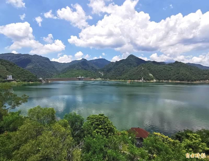 曾文水庫重新開放遊船,讓民眾體驗湖光山色之美。(記者吳俊鋒攝)
