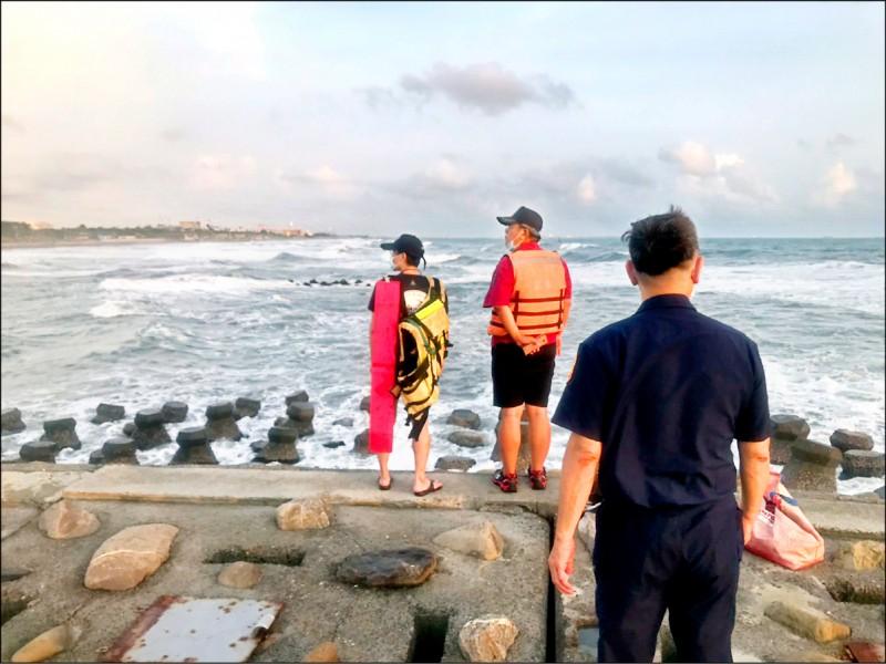 高雄市旗津海域傳出父子落海,搜救人員至昨晚十點仍未尋獲父子。(圖:警方提供)
