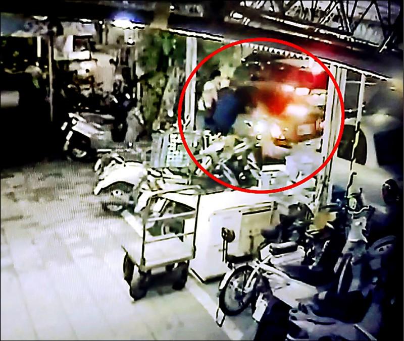 監視器拍下隋嫌開車衝撞警員。(記者徐聖倫翻攝)
