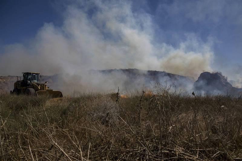 加薩地區朝以色列施放燃燒彈氣球,以軍空襲哈瑪斯設施反制。圖為以色列遭燃燒彈氣球縱火示意圖。(美聯社)