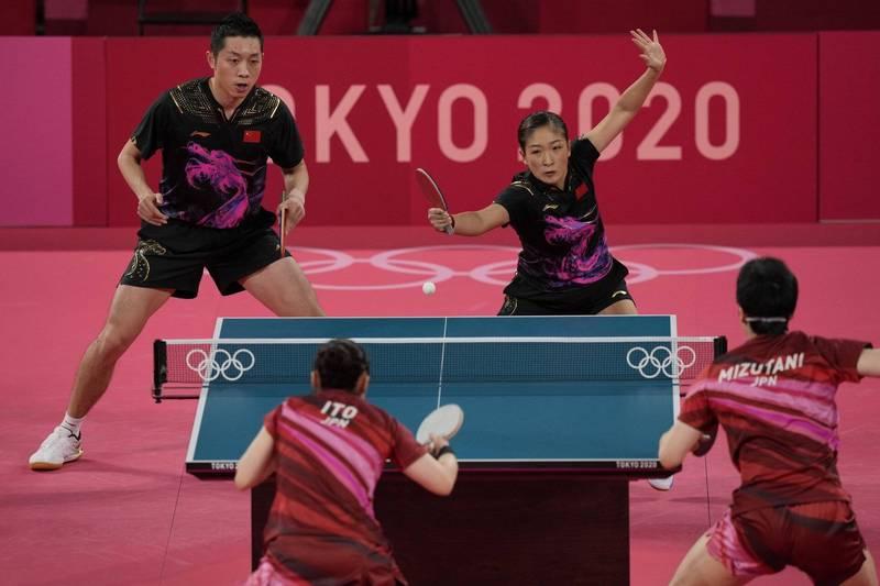 東京奧運今晚桌球混雙金牌戰,中國的許昕(左)、劉詩雯(右)組合對上日本水谷隼(背對鏡頭右)/伊藤美誠(背對鏡頭左)。(美聯社)