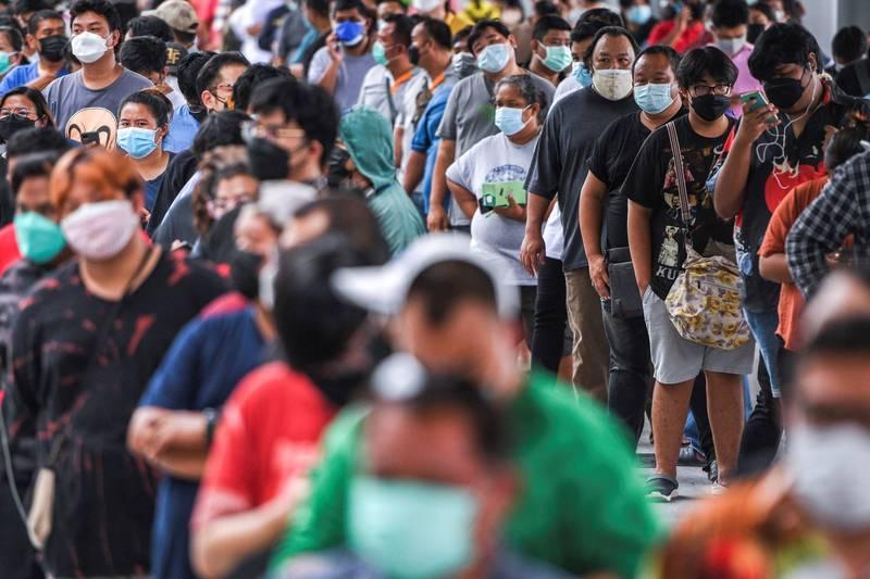 泰國疫情爆發,曼谷民眾在疫苗接種中心外排隊等候接種。(路透)