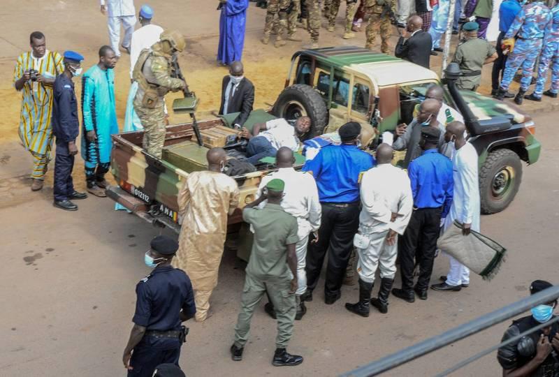 企圖刺殺馬利總統未遂,行兇者遭安全人員逮捕送上軍用皮卡車帶走,當局表示其已在調查期間死亡。(法新社)