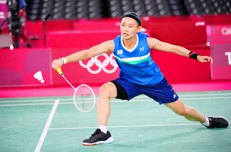 Taiwan's Tai Tzu-ying returns to Nguyen Thuy Linh of Vietnam in their Olympic Games badminton women's singles match in Tokyo yesterday. Photo: AP