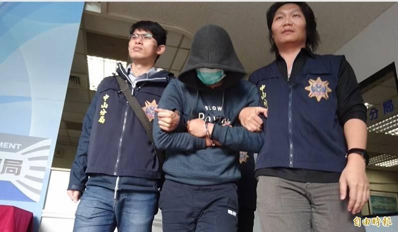 李哲維(中)白嫖還冒警並洗劫應召女,遭判刑7年定讞。(資料照)