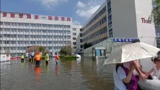 新鄉醫學院第一附屬醫院水位持續上漲,上千人被困。(擷取自微博)