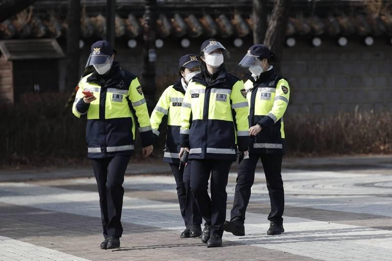 南韓光州停放在路邊的貨車內驚見白骨,估計已死亡數個月以上,但這段時間內竟然都沒人發現。南韓警察示意圖。(美聯社)