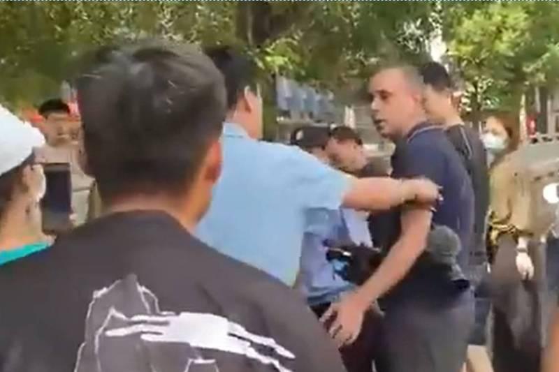 《德國之聲》駐北京記者貝林格24日到鄭州採訪時,遭一群人圍堵,阻撓採訪。(圖翻攝自Mathias Boelinger推特)