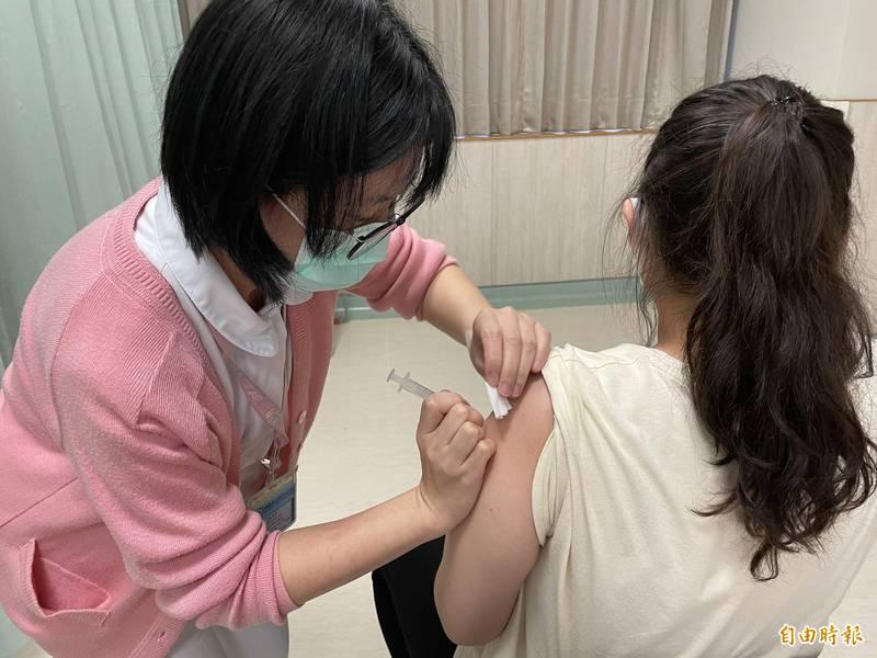 有網友日前在臉書社團提打疫苗的奇特副作用,竟是變成「大食怪」,其他網友笑稱是打到「變腫疫苗」。示意圖,非當事照。(資料照)