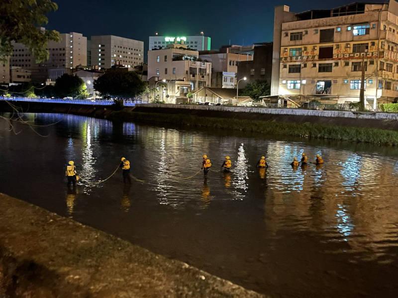 救護人員著完整水域裝備,並下水以人鏈方式進行搜索,但遍尋不著。(讀者提供)