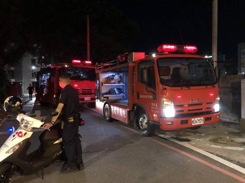 警消獲報派出大批人力前往現場搜救。(讀者提供)