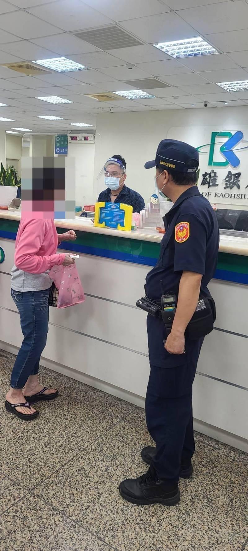 王姓婦人(左)昨到銀行存款時,得知帳戶被列為「警示帳戶」,以為被當成詐騙集團,當場嚇得臉色發白、情緒激動。(警方提供)