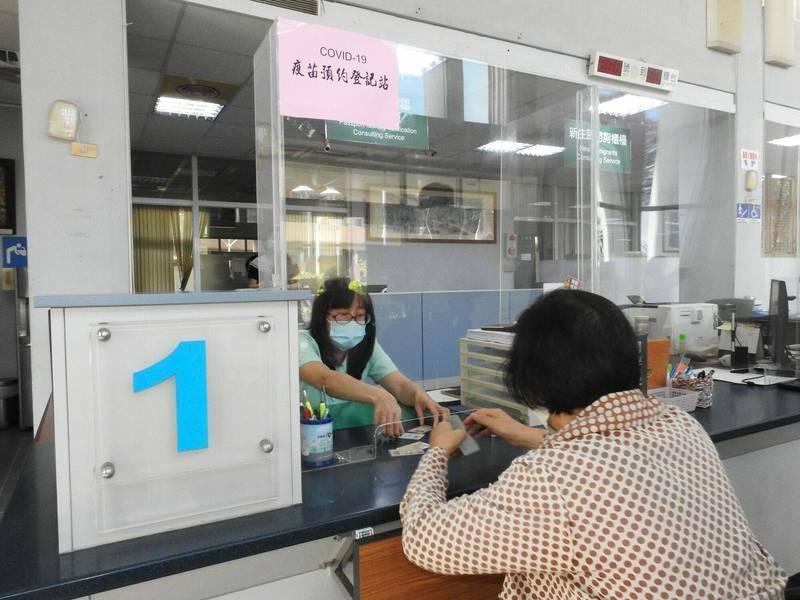 南投縣戶政事務所設疫苗接種登記預約平台實體站,協助民眾登記預約接種疫苗。(南投縣政府提供)