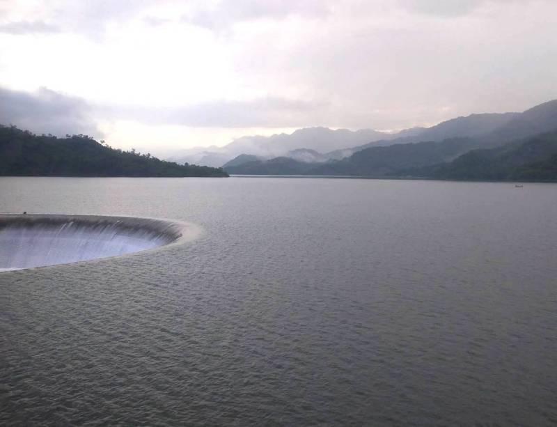 南化水庫持續溢洪中。(民眾提供)
