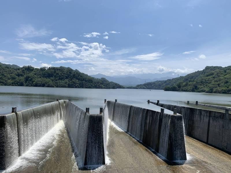 鯉魚潭水庫滿溢的水,緩緩從水庫特有的鋸齒堰溢洪道緩緩流洩而出,相較於石門水庫洩洪的磅礡氣勢,鯉魚潭水庫則顯得優雅閒適。(圖由鯉魚潭水庫管理中心提供)