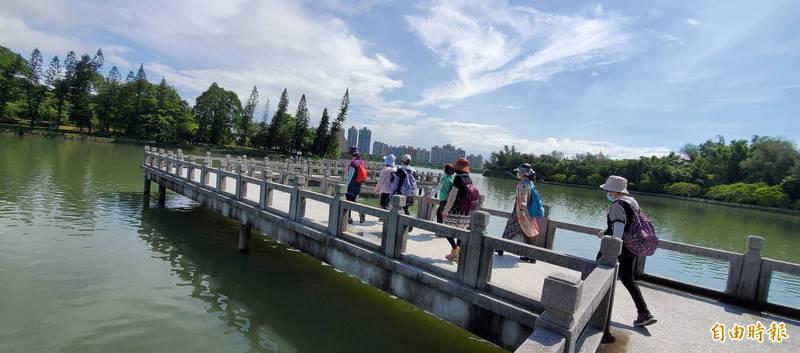 高雄澄清湖風景區今降二級,6小時吸引1170人。(記者陳文嬋攝)