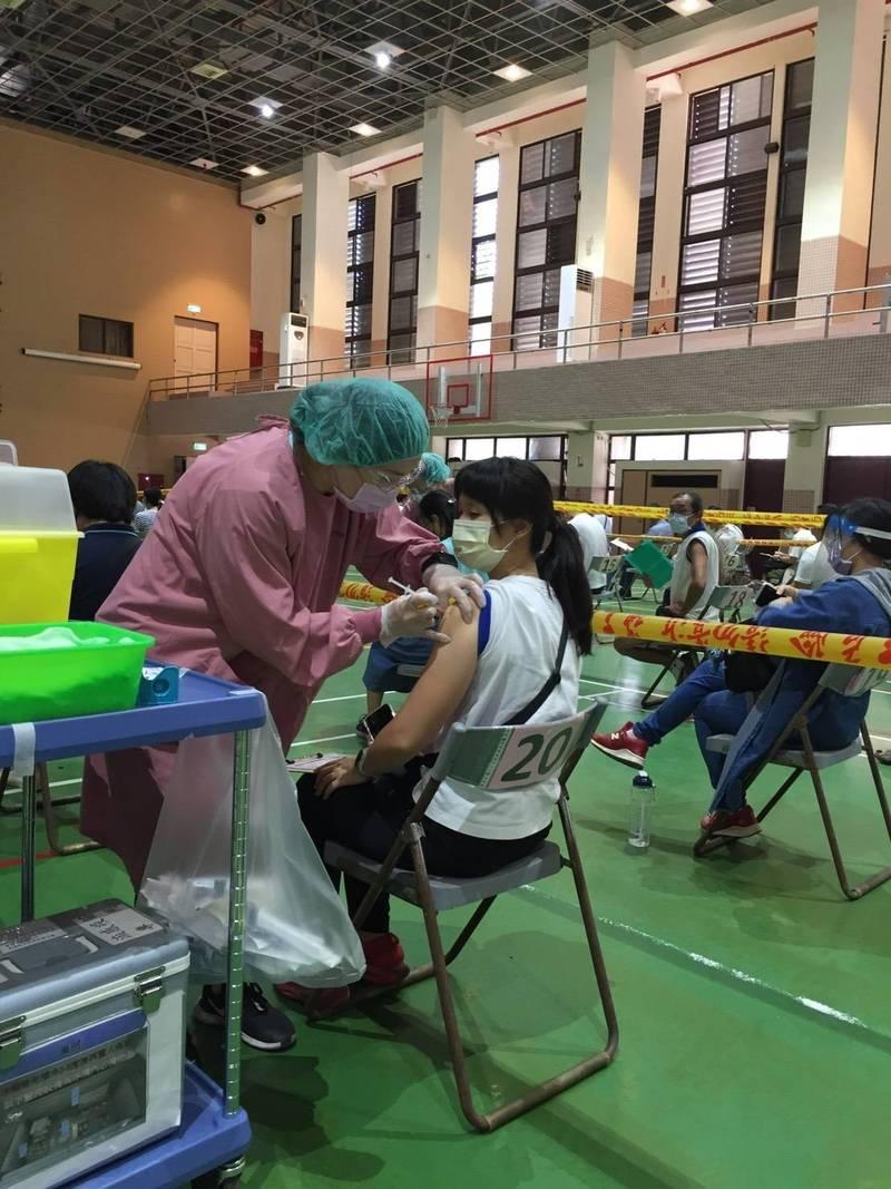 全國中小學教職員要在開學前2週完成疫苗接種,全中教今天表示,苗栗、南投、宜蘭、花蓮、嘉義市5個縣市尚未公告高中職教師施打疫苗規劃。(全中教提供)