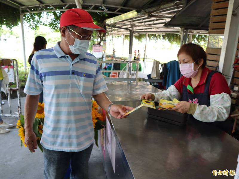 民眾到中社觀光花市,可獲贈向日葵種子一包。(記者歐素美攝)