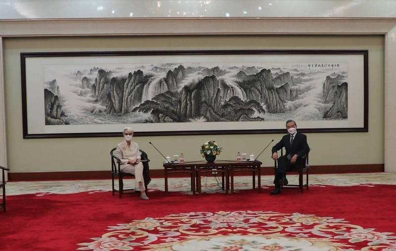 美國副國務卿雪蔓昨在中國天津與中國外交部長王毅、副部長謝鋒會談,會中幾乎觸及所有敏感議題,包括侵害人權、香港、新疆、西藏、媒體自由、網路安全、台海、東海及南海等。(取自雪蔓推特)