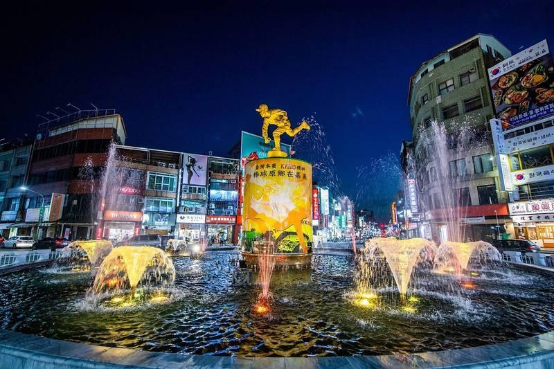 嘉義市中央噴水池之前因抗旱及防疫而停止噴水,今起恢復噴水還有七彩燈光變幻。(嘉義市政府提供)