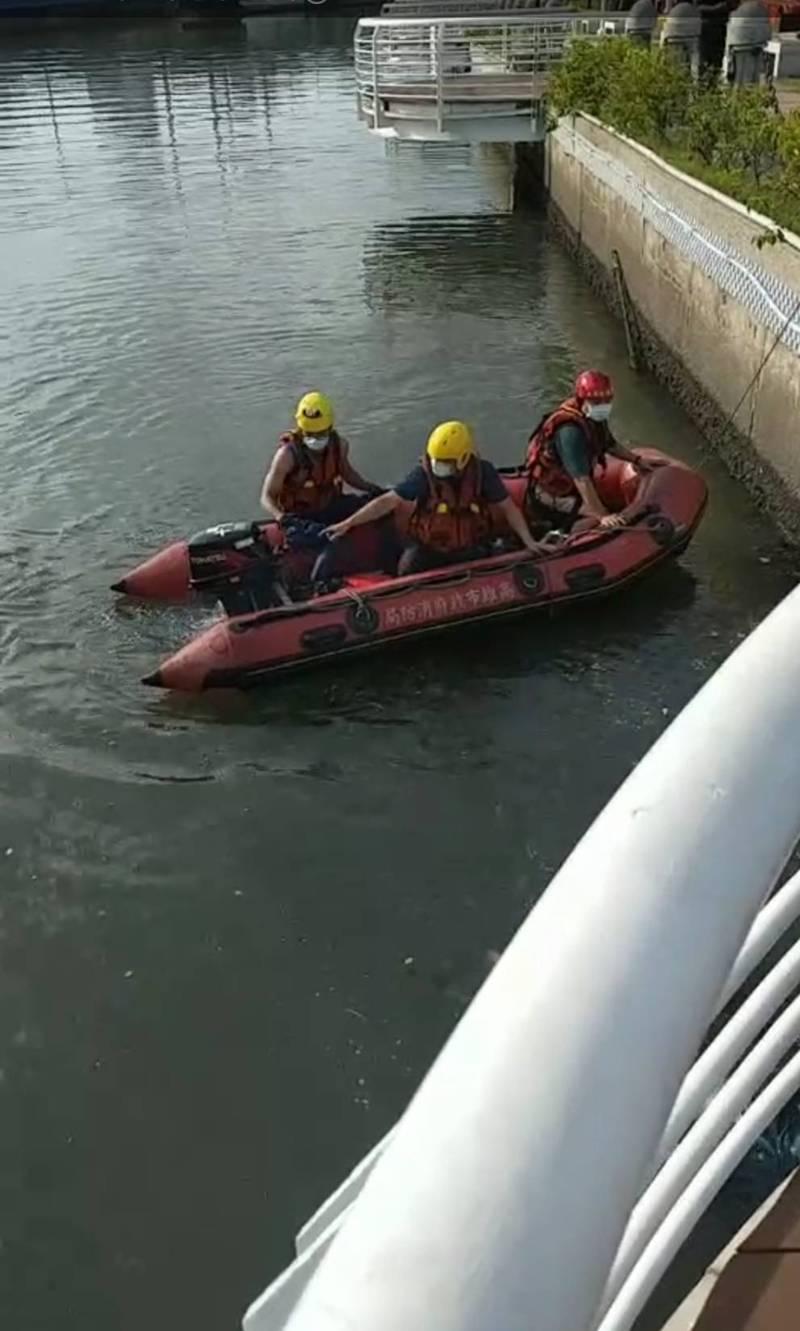 14歲國二少女墜河身亡,警消出動橡皮艇搜救。(讀者提供)