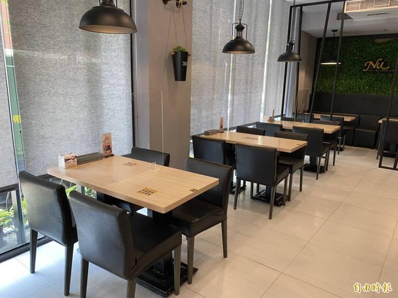 連鎖店NU PASTA彰化中正店今開放內用,隔桌用餐且隔板區隔斜對坐。(記者張聰秋攝)