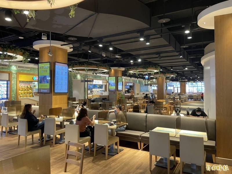 疫情降級首日,麗寶outlet的美食街或餐廳,已見入內用餐的遊客。(記者歐素美攝)