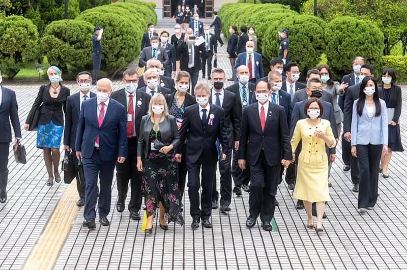 捷克將捐贈台灣3萬劑疫苗,立法院長游錫堃在臉書表示,感謝我們的民主盟友捷克!今晨遠從歐陸另一端,捎來了令人振奮的消息。(圖取自游錫堃臉書)