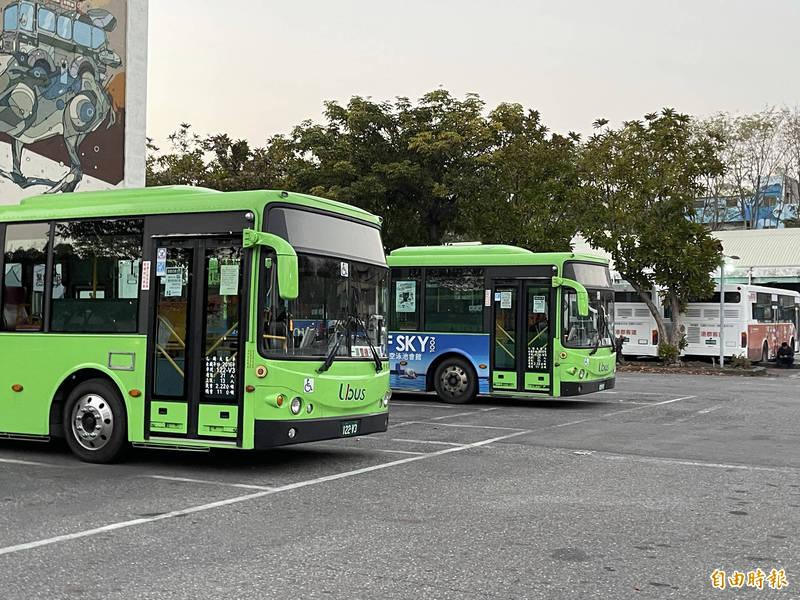 因應疫情降二級警戒城市流動人潮,交通局將公車運力班表7成升為8成,駕駛長仍持續乘客防疫措施。(記者黃良傑攝)