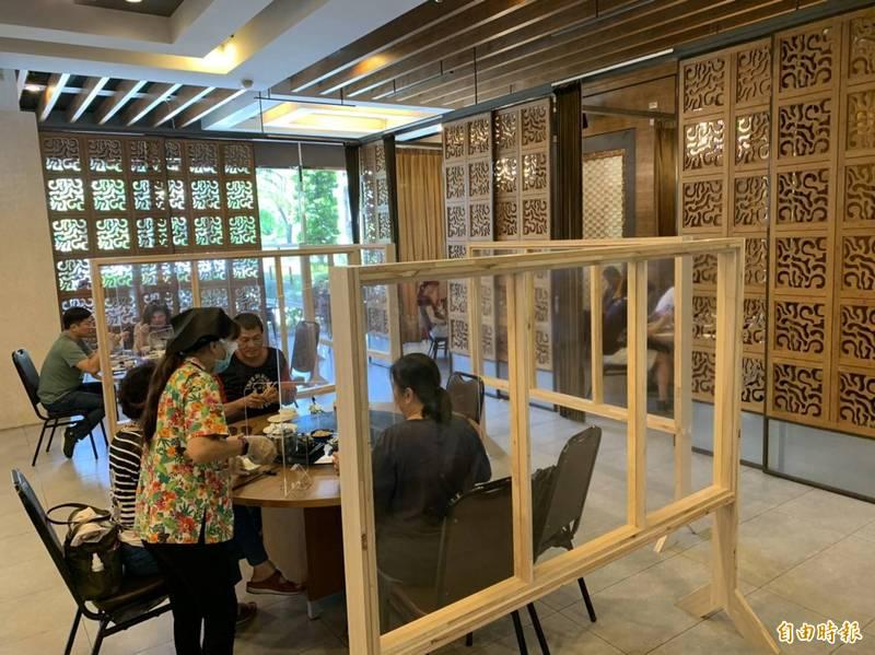 東港海產街有店家開放內用,出現不少嘗鮮客。(記者陳彥廷攝)