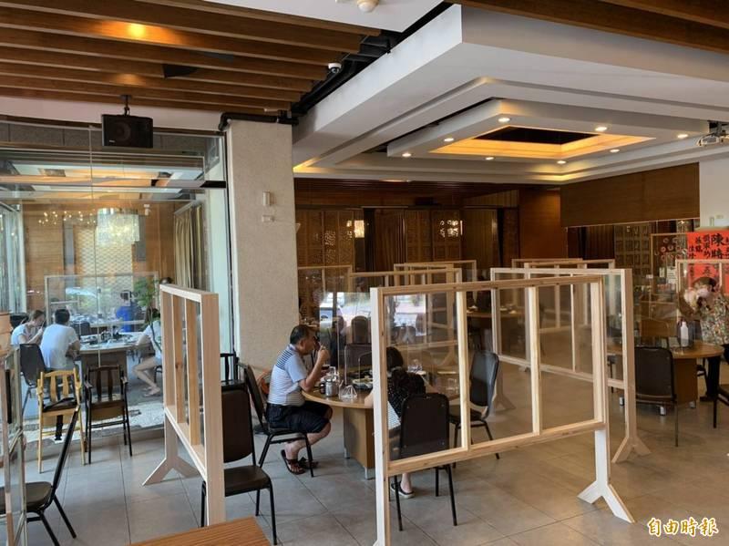 東港海產街有店家開放內用,出現嘗鮮潮。(記者陳彥廷攝)