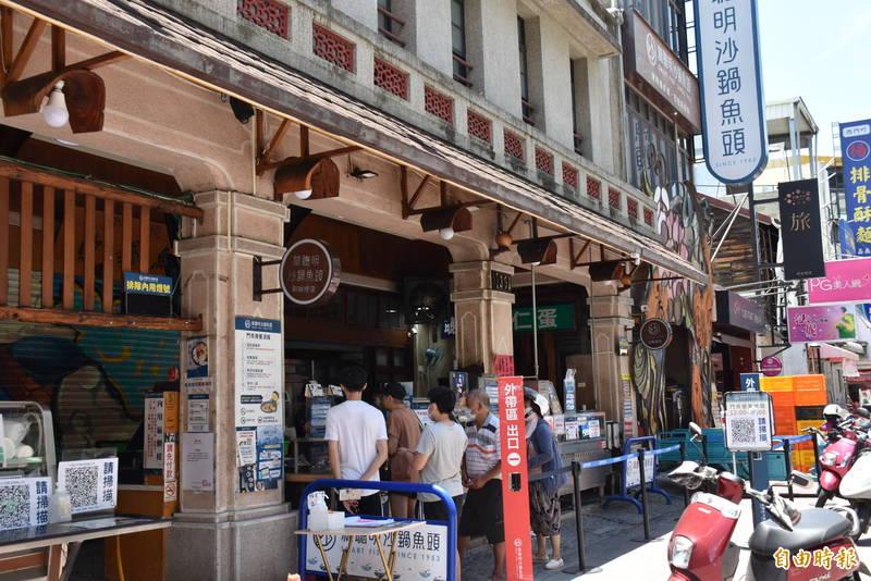 嘉義市名店林聰明沙鍋魚頭還沒恢復內用,民眾在店門口排隊等外帶。(記者王善嬿攝)