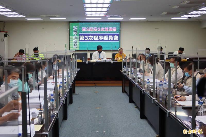 南市議會今天下午召開第5次定期會第3次程序委員會,基於防疫需要,會中採各委員會分流審查,共計79案。(記者王姝琇攝)