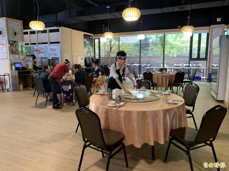 大肥鵝餐廳首日開放內用,一桌只坐5人,桌間距拉遠,服務員戴口罩及面罩。(記者蔡淑媛攝)
