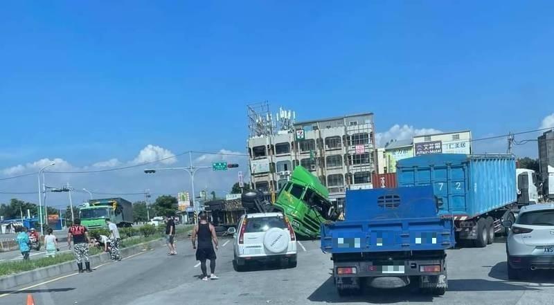 貨櫃車為閃避違規右轉車輛,翻覆在台中清水臨港路與北堤路口。(民眾提供)